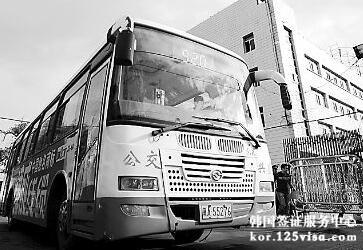 韩国首尔广告立牌倒塌致人员重伤提醒注意安全